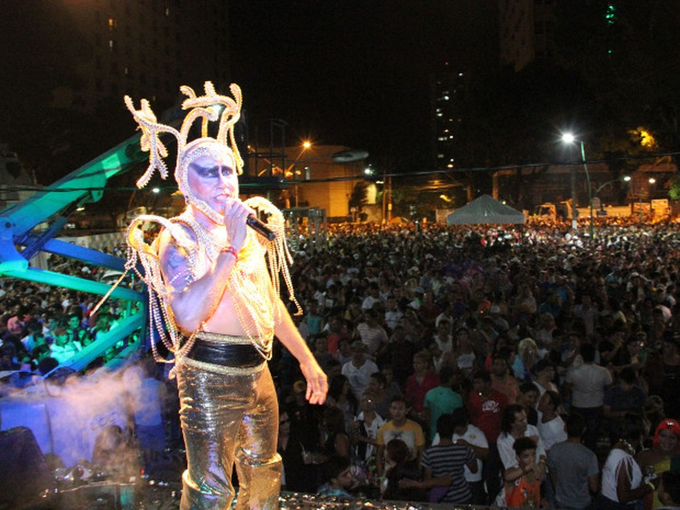 O cantor utiliza figurinos extravagantes na Festa da Chiquita , como este de 2013 — Foto: Roberto do Vale / O Liberal