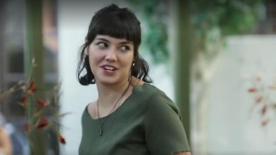Sara aparece de surpresa na festa de noivado de Ali