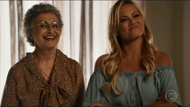 """Personagens de """"O Outro lado do Paraíso"""" na cena de amamentação cruzada. À esquerda, Adineia, vivida por Ana Lucia Torre, e à direita, Suzi, interpretada por Ellen Roche (Foto: Divulgação)"""