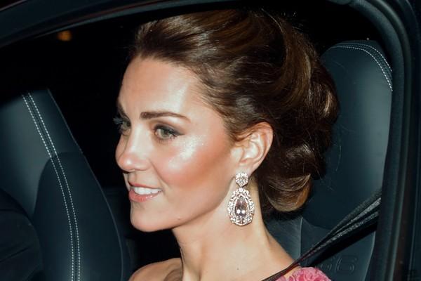 A duquesa Kate Middleton com o brinco utilizado por ela na festa de aniversário de 70 anos do Príncipe Charles (Foto: Getty Images)