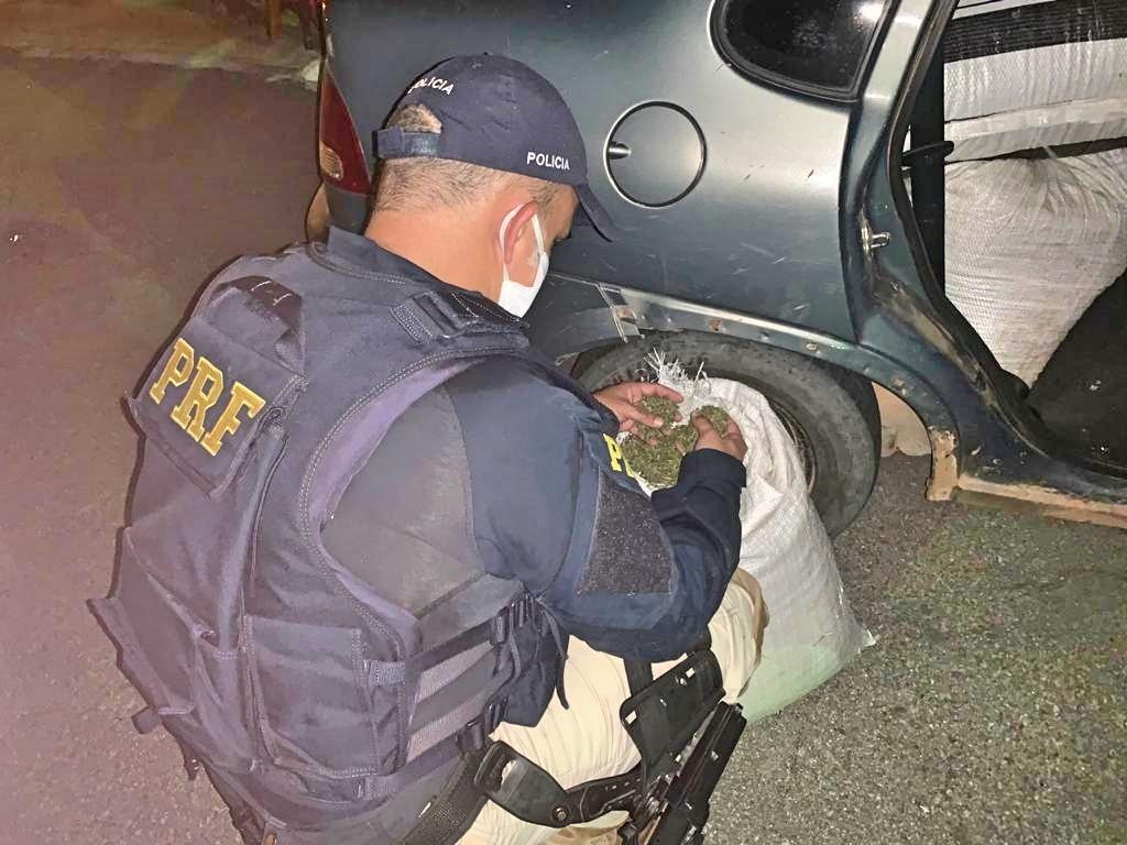 Dois homens e uma mulher são detidos com 185 kg de maconha na BR-316, em Floresta