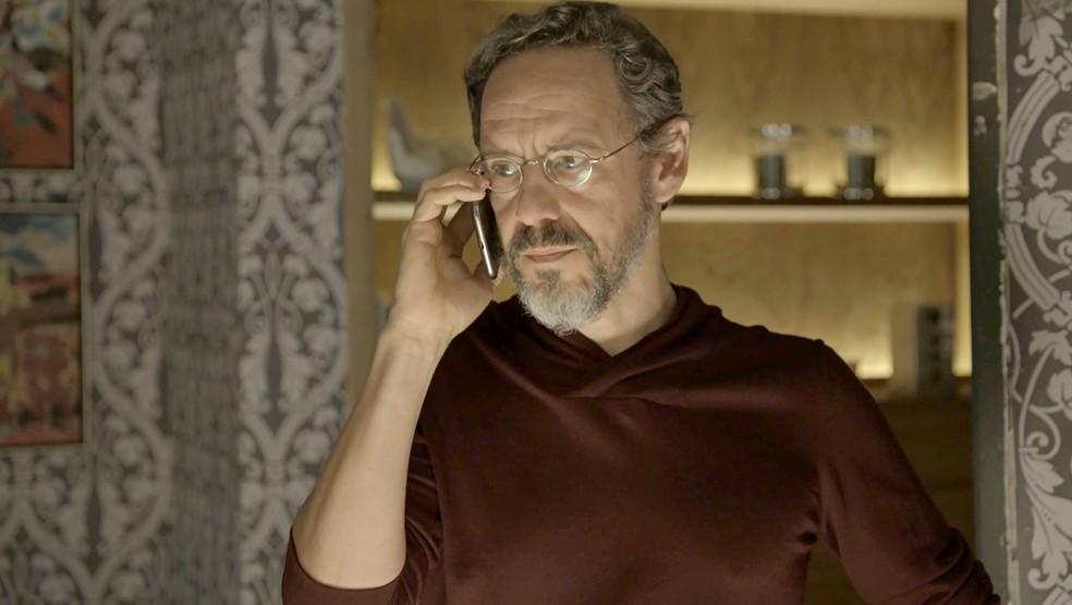 Henrique recebe chamado do Itamaraty e precisa voltar a trabalhar (Foto: TV Globo)
