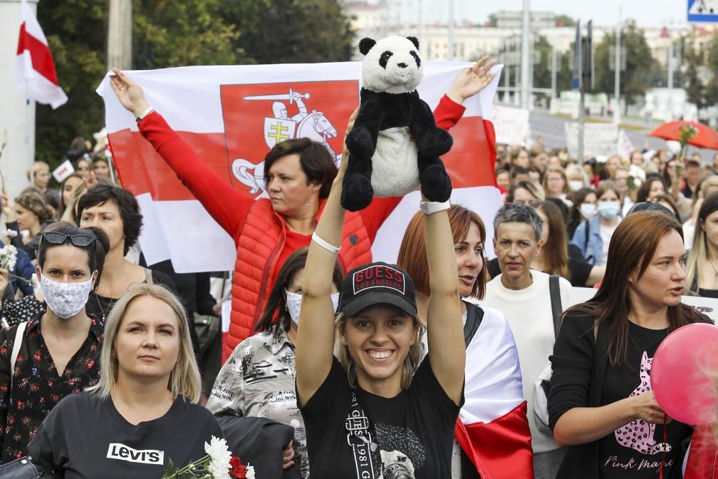 5 de setembro - Mulheres marcham durante protesto contra os resultados oficiais da eleição presidencial em Minsk, Belarus — Foto: AP Photo