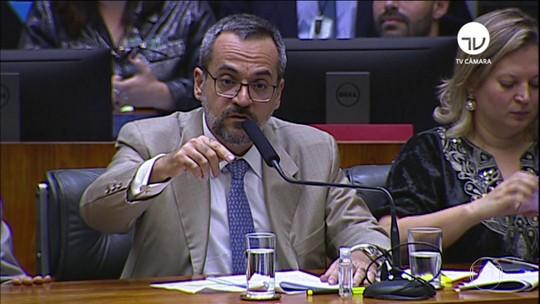 Ministro da Educação diz que governos anteriores são culpados pela crise na pasta