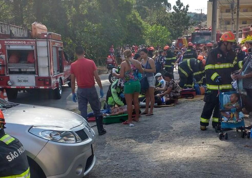 Ônibus cai em valeta e 13 são resgatados em Mogi (Foto: Karina Ferreira de Souza/arquivo pessoal)