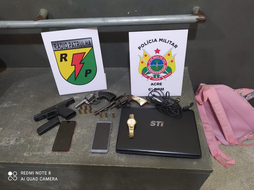 Com suspeitos, polícia apreendeu armas e dois carros — Foto: Arquivo/PM-AC