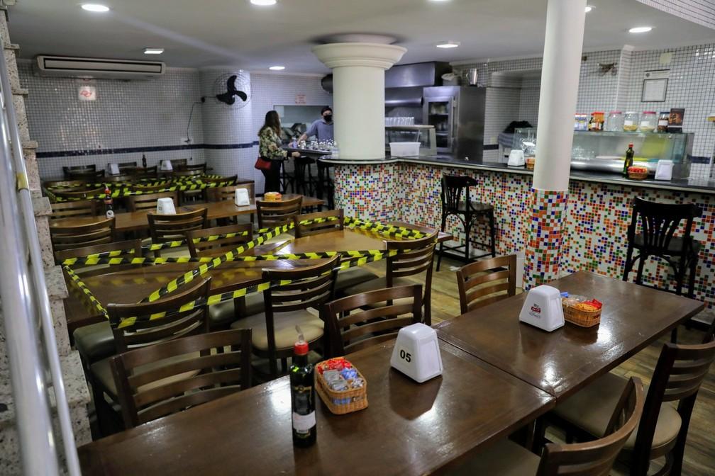 Restaurante bloqueia mesa para fazer separação social entre clientes — Foto: Fábio Tito/G1
