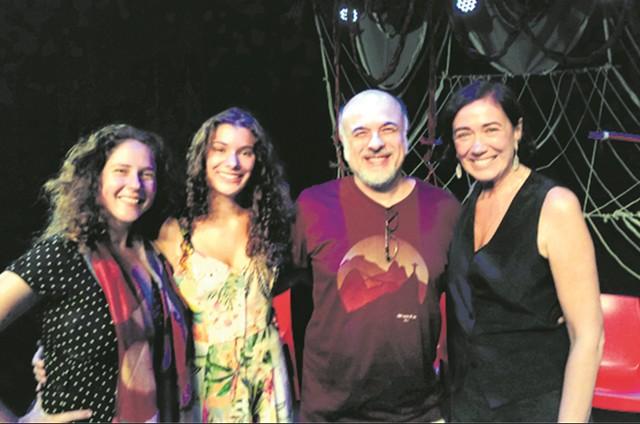 Renata Mizrahi, Giulia Bertolli e Marcos França com Lilia Cabral depois da sessão de 'E se mudássemos de assunto?', no Parque das Ruínas.  (Foto: Divulgação)