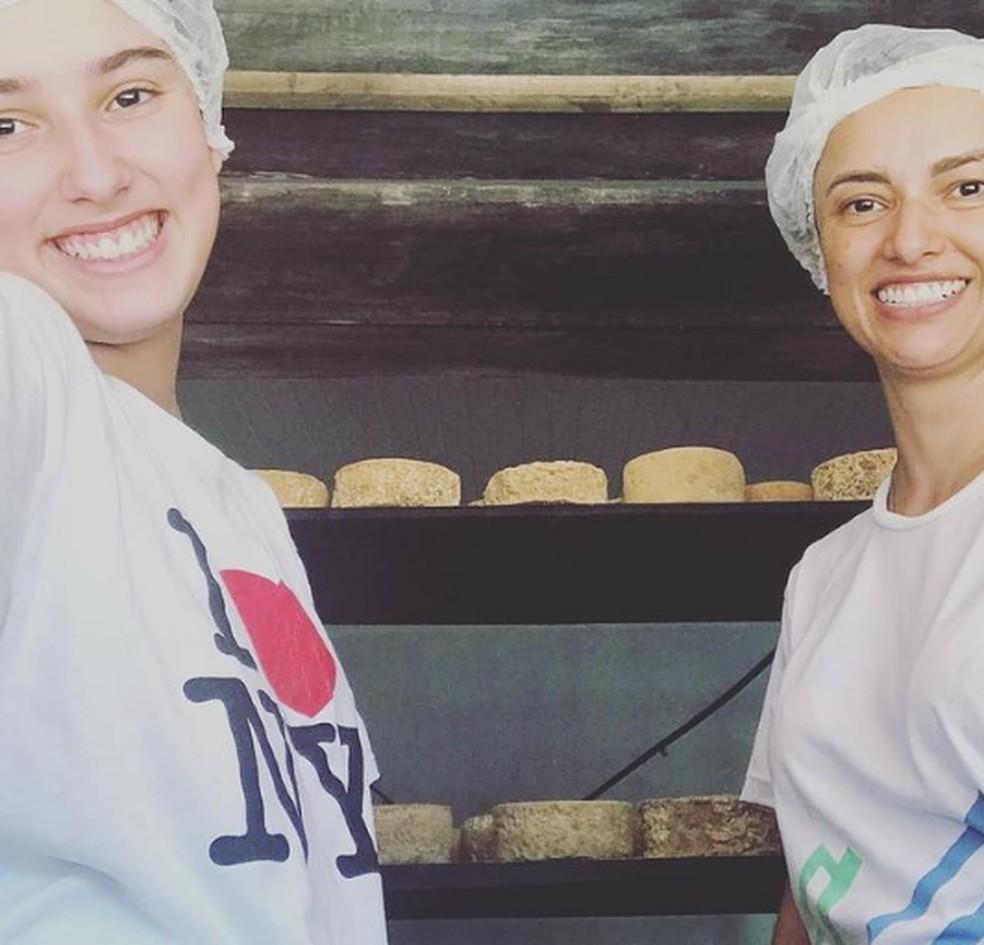Jady e Christiane Brandão no quarto de queijo. — Foto: Arquivo pessoal.