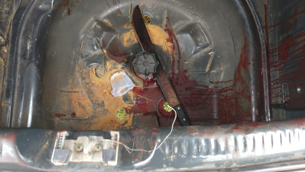 Facão ensanguentado apreendido estava em carro clonado utilizado pela milícia para matar vítimas — Foto: Reprodução/PCERJ