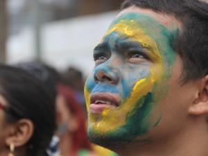 Manifestantes pintaram o rosto com as cores da bandeira do Brasil (Foto: Marcos Dantas/G1 AM)