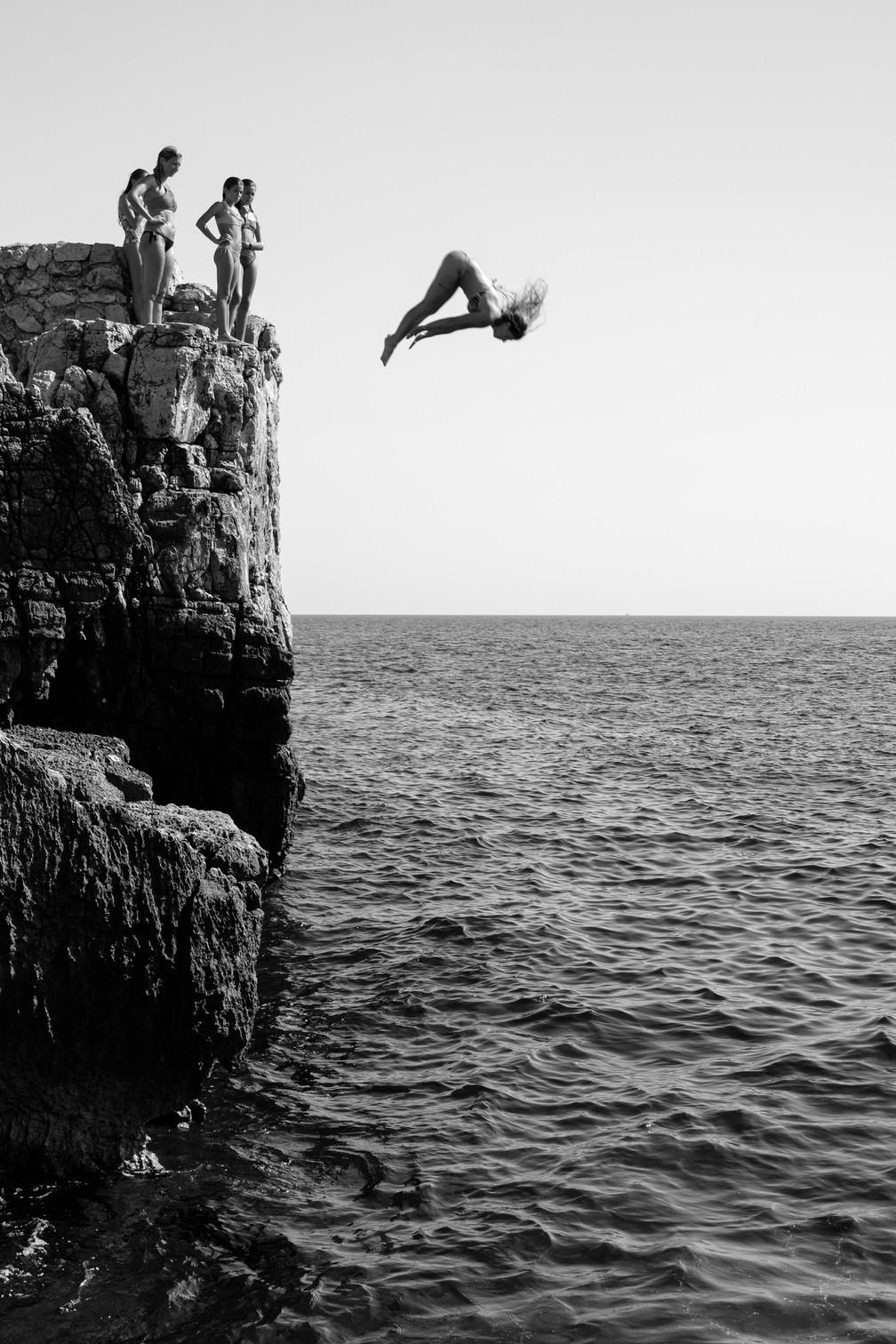 Movimento: 'Girl Power', fotografia em preto e branco que registra o momento em que uma mulher salta de penhasco na ilha de Lokrum, perto de Dubrovnik, na Croácia — Foto: Marijo Maduna (Croácia)/Sony World Photography Awards