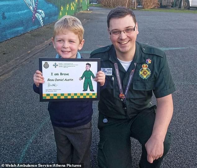 Beau Austin com Ashley Page, o atendente que conversou com o menino durante a ligação de emergência (Foto: Reprodução/Daily Mail)