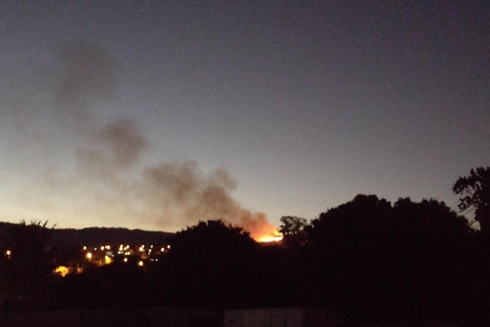 Incêndio atinge área de mata perto do mirante de São Pedro — Foto: Viviane Meyer
