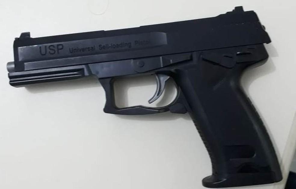 Simulacro de arma foi encontrada com suspeito — Foto: Divulgação/Polícia Civil