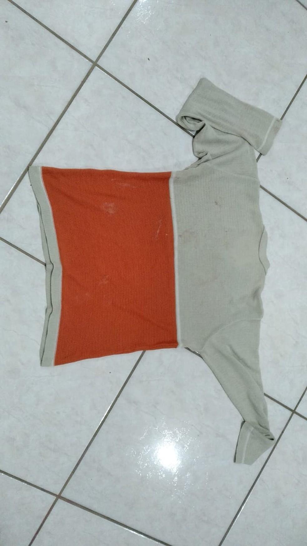 Roupa apreendida pela polícia que teria sido utilizada no crime — Foto: Polícia Militar/ Divulgação