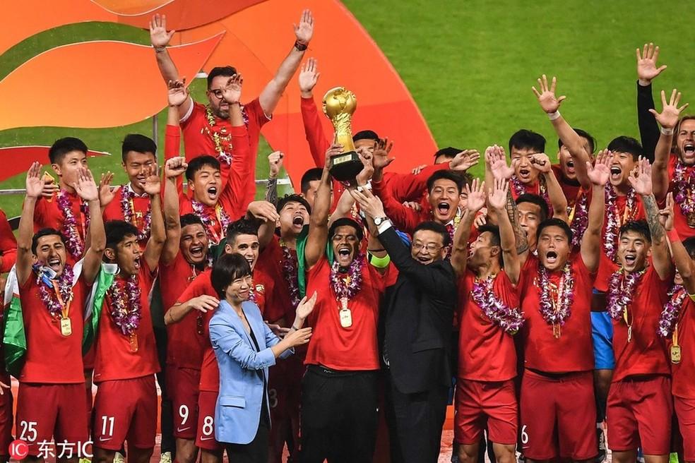 Hulk ergue o troféu de campeão chinês ao lado de Oscar e Elkeson, à esquerda — Foto: Reprodução Sina.com