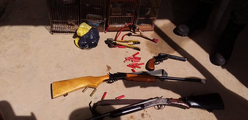 Equipes apreenderam arma de fogo durante fiscalização ambiental na Zona da Mata de Alagoas — Foto: Ascom/IMA