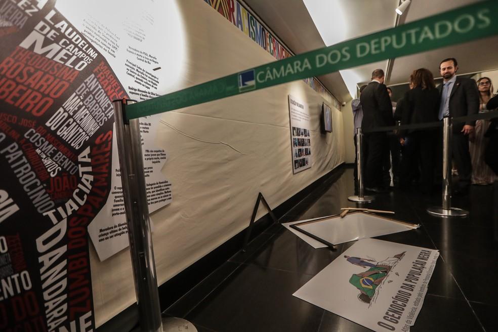 Placa de exposição da Câmara quebrada pelo deputado Coronel Tadeu (PSL-SP) — Foto: Gabriela Biló / Estadão Conteúdo