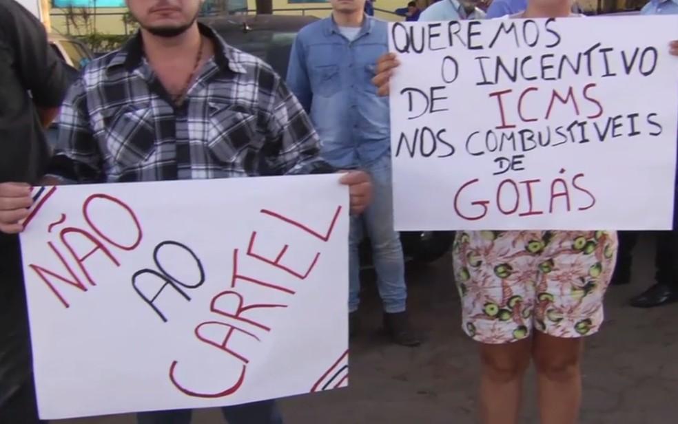 Grupo protesta contra altos preços dos combustíveis em Goiás (Foto: Reprodução/TV Anhanguera)