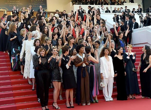 O protesto acontece antes da première do filme Girls of the Sun (Foto: Andreas Rentz / Getty Images)