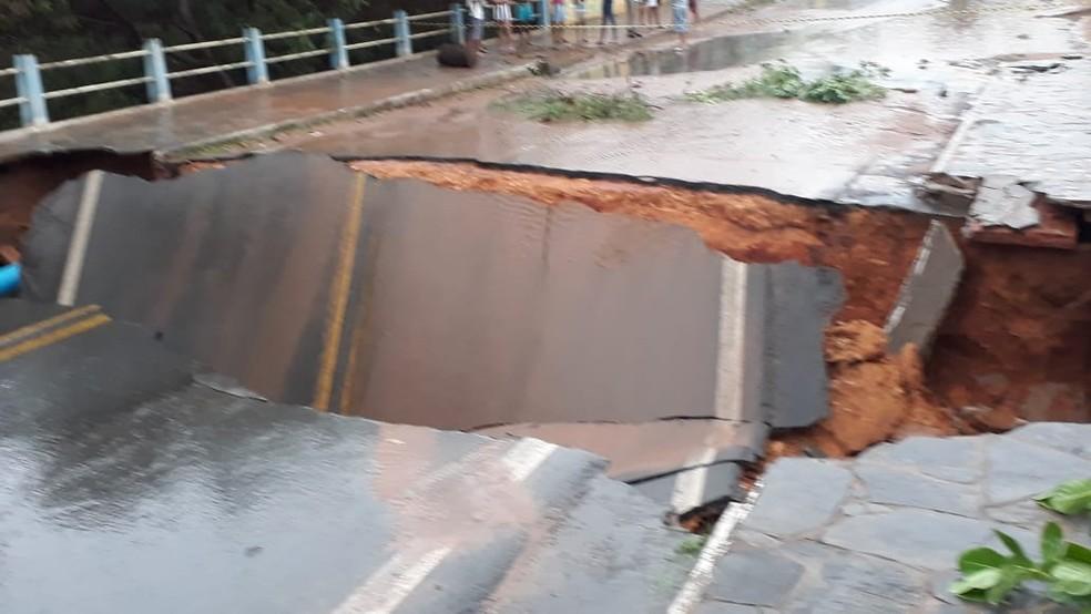 Asfalto cede em trecho da BR-349 — Foto: Divulgação/Prefeitura de Correntina