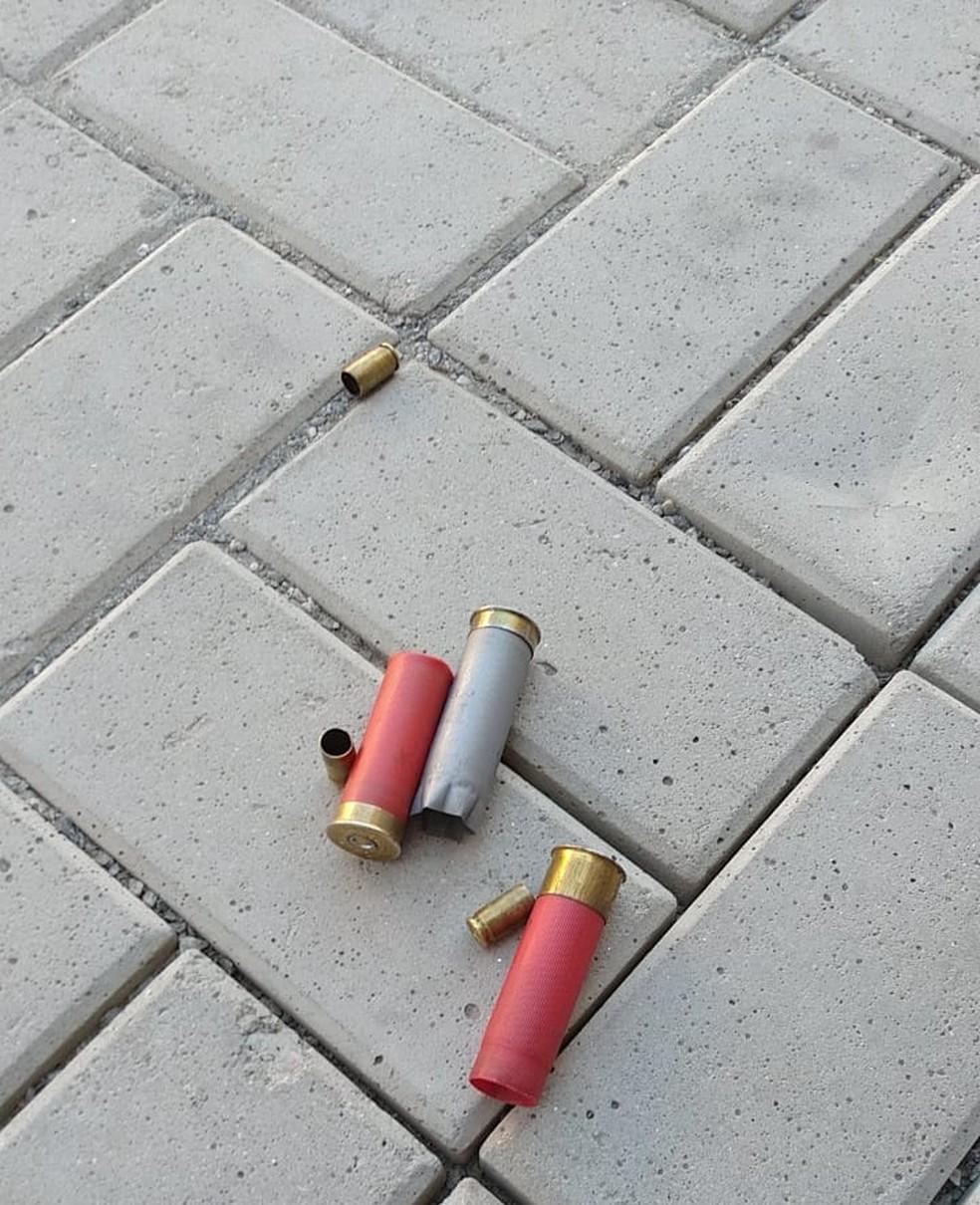 Cartuchos deixados na avenida após troca de tiros entre quadrilha e policiais — Foto: Reprodução/A Voz de Mongaguá