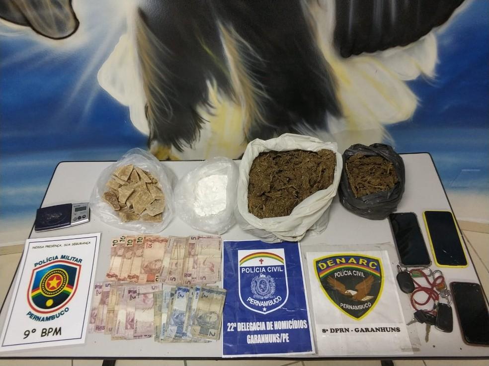 Com os suspeitos, foram apreendidas drogas, celulares e R$ 444 em espécie — Foto: Polícia Civil/Divulgação