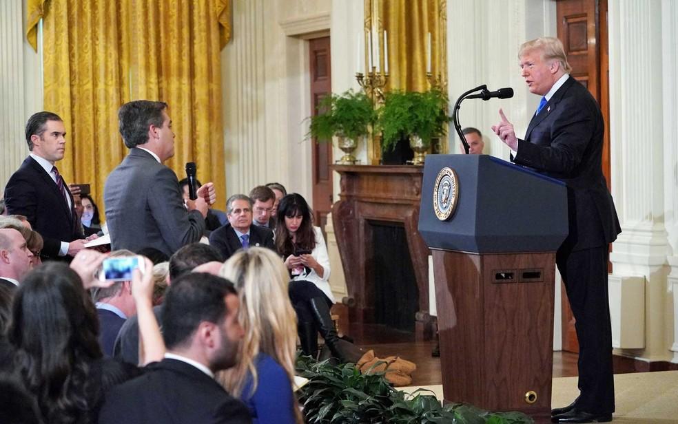 O presidente dos EUA, Donald Trump, durante discussão com o correspondente da CNN na Casa Branca Jim Acosta — Foto: Mandel Ngan / AFP