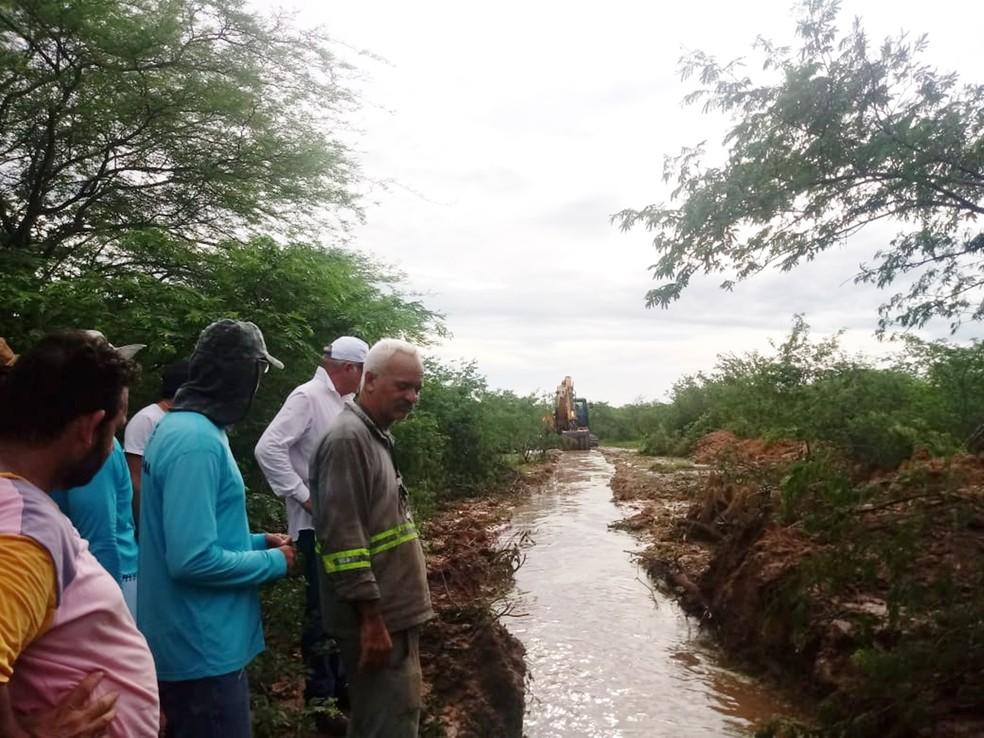 Canal para o escoamento da água acumulada no açude São Miguel II ajudou a diminuir vazão no sangradouro e o risco de rompimento da parede do reservatório — Foto: Defesa Civil do RN