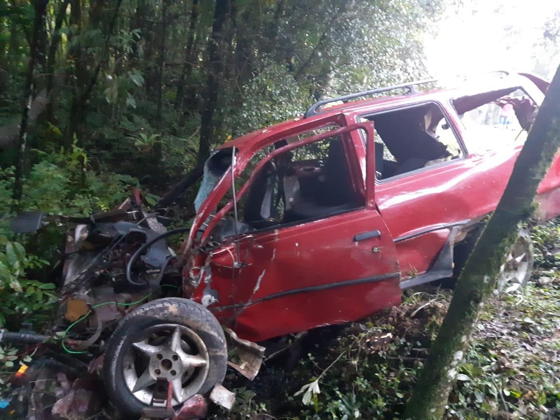 Acidente entre carro e caminhão deixa dois mortos e dois feridos na BR-116, em Mandirituba