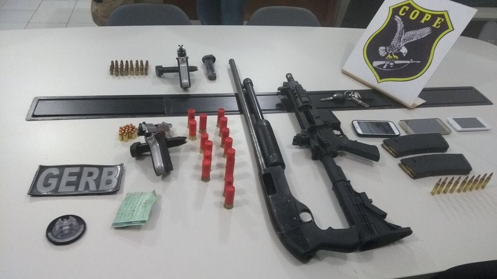 Foram apreendidos fuzis e escopetas com os suspeitos (Foto: Cope, Divulgação)