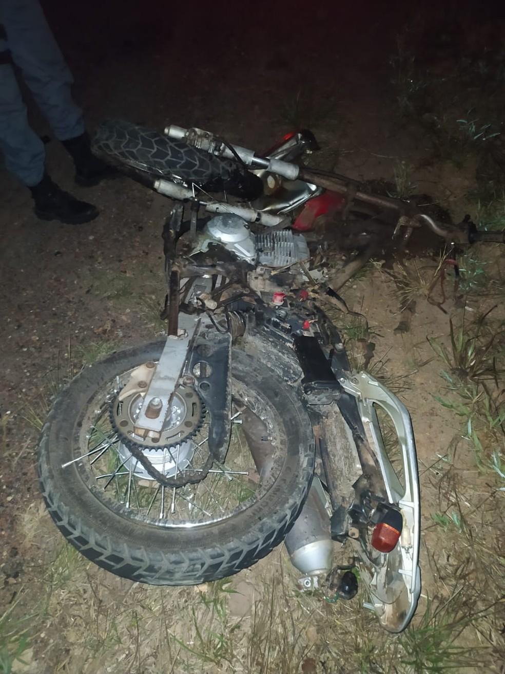 Colisão frontal entre carro e motocicletas deixa três pessoas mortas na BR-316, no Maranhão. — Foto: Divulgação/PRF.