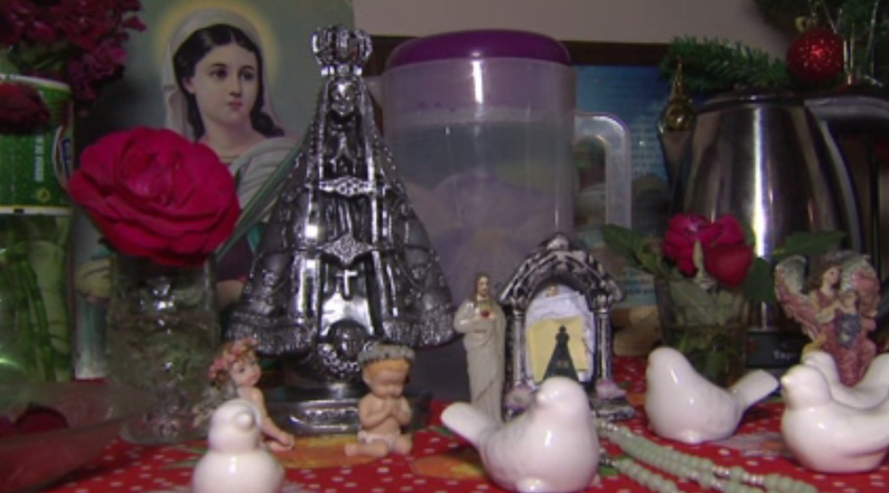 Depois de cinco dias, imagem de Nossa Senhora Aparecida volta para casa de devota que diz que santa verte mel — Foto: Reprodução/RPC