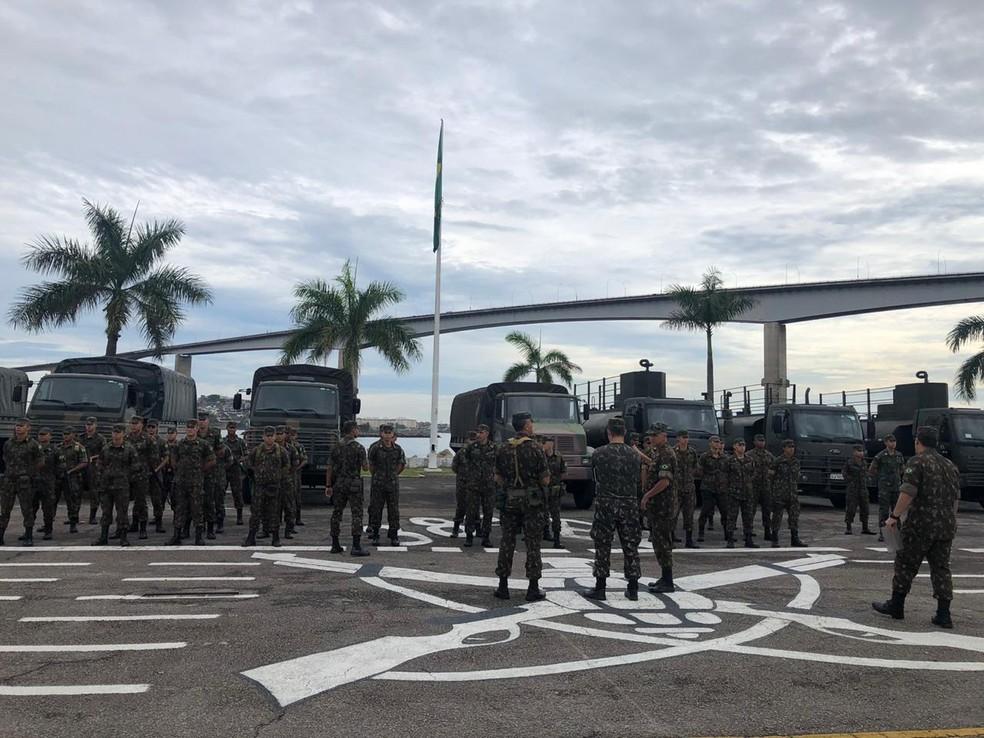 Militares do Exército prontos para deixarem o 38º Batalhão, em Vila Velha — Foto: Fábio Linhares/TV Gazeta