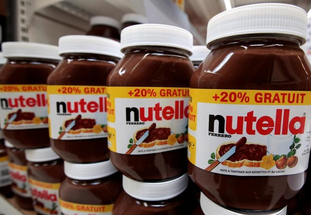 Potes de Nutella enchem as prateleiras de supermercado na França. A marca pertence à empresa dona da Ferrero Rocher (Foto: Eric Gaillard/Arquivo/Reuters)