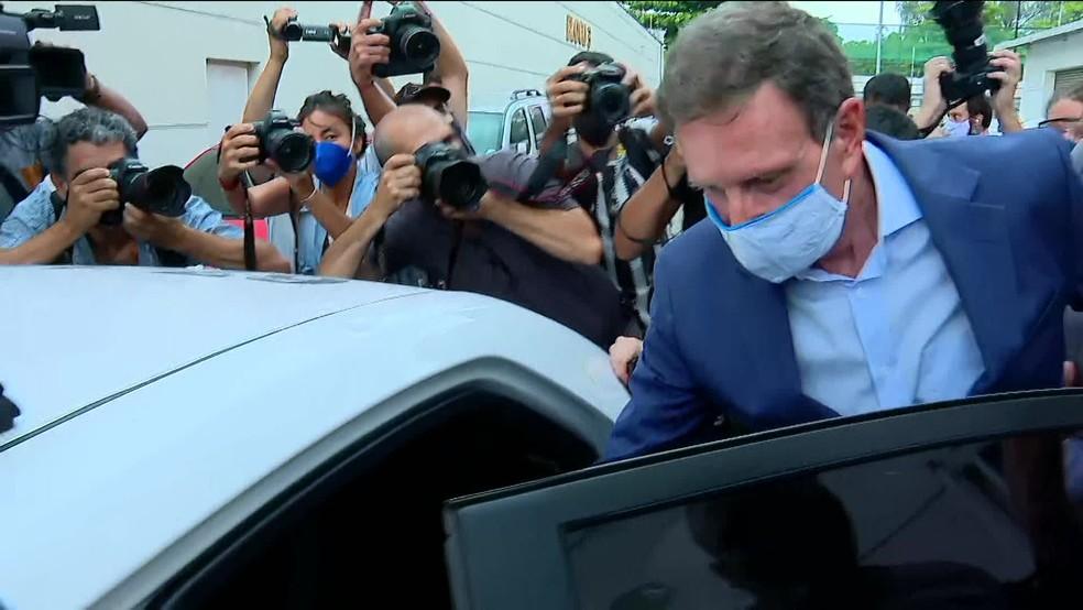 Crivella entra em carro — Foto: Reprodução/Globonews