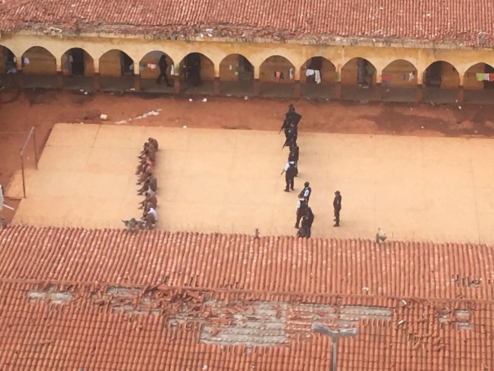 Agentes e policiais fazem vistoria em presídio no Cariri, interior do Ceará (Foto: Ciopaer/Divulgação)