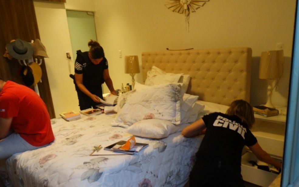 Policias fizeram buscas também na casa dos investigados em Araguapaz — Foto: Polícia Civil/Divulgação