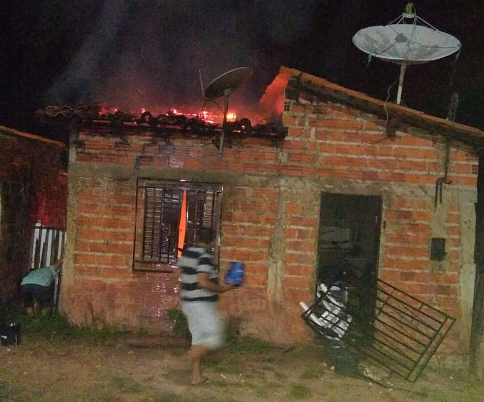População incendiou casa da suspeita em Miguel Alves — Foto: Divulgação/PMPI