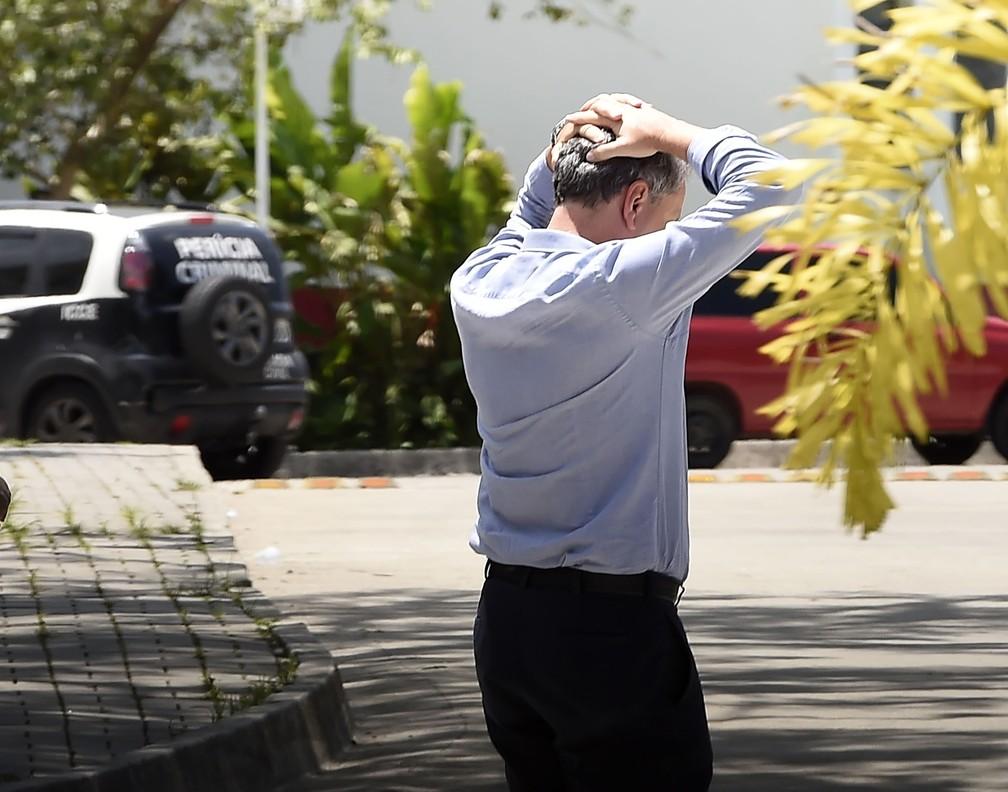 Presidente Rodolfo Landim com as mãos na cabeça no dia do incêndio no CT — Foto: André Durão/GloboEsporte.com