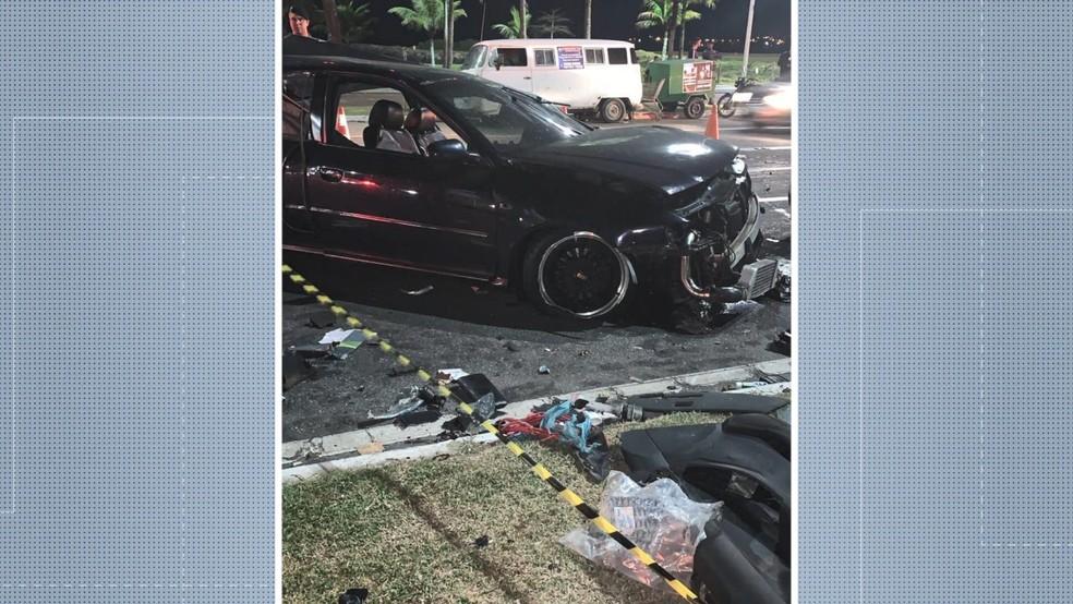 Carro bate em poste e deixa dois mortos em Vitória — Foto: Reprodução/ TV Gazeta