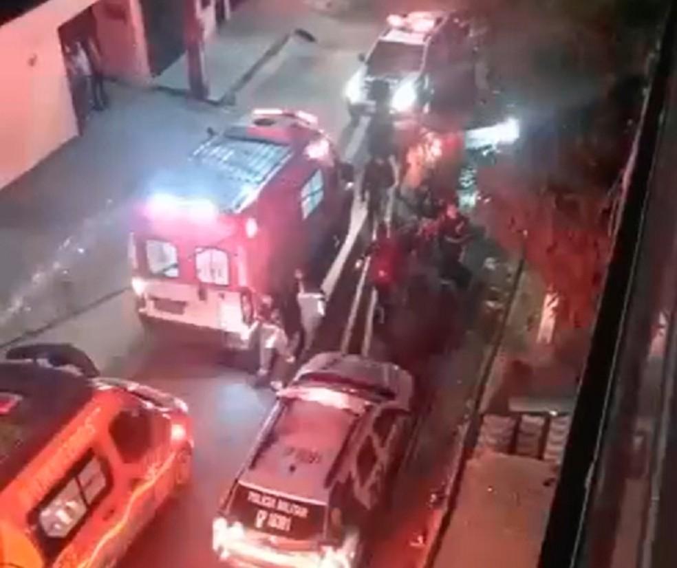 Homem e outro é baleado em Fortaleza após ataque de criminosos — Foto: TV Verdes Mares/Reprodução