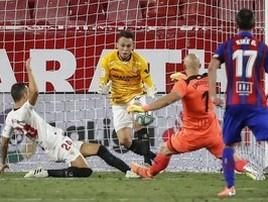 Autor de gol substitui goleiro e pega chute do arqueiro rival; assista (Reprodução/Twitter)