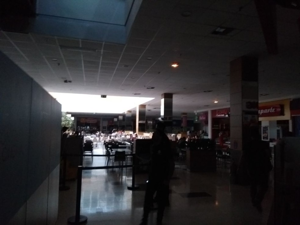 Shopping Tacaruna, no Recife, ficou às escuras por conta do apagão (Foto: Marlon Vital/TV Globo)
