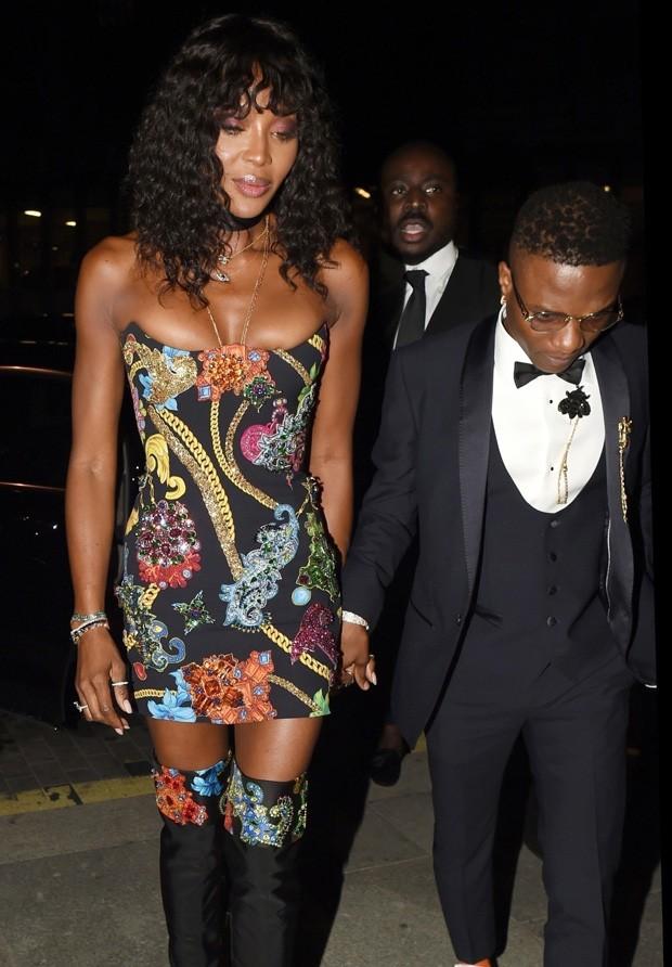 Naomi Campbell chega acompanhada a after party (Foto: BackGrid)