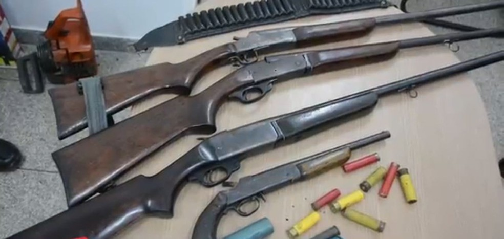 Três espingardas e uma arma do tipo garrucha foram apreendidas, escondidas nos barracos próximos a invasão (Foto: 2º BPM/Divulgação)