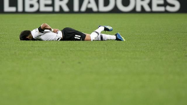 Caído no gramado, Romero sente as costas