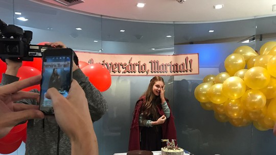 Marina Ruy Barbosa se emociona ao ganhar festa surpresa nos bastidores de 'Deus Salve o Rei'