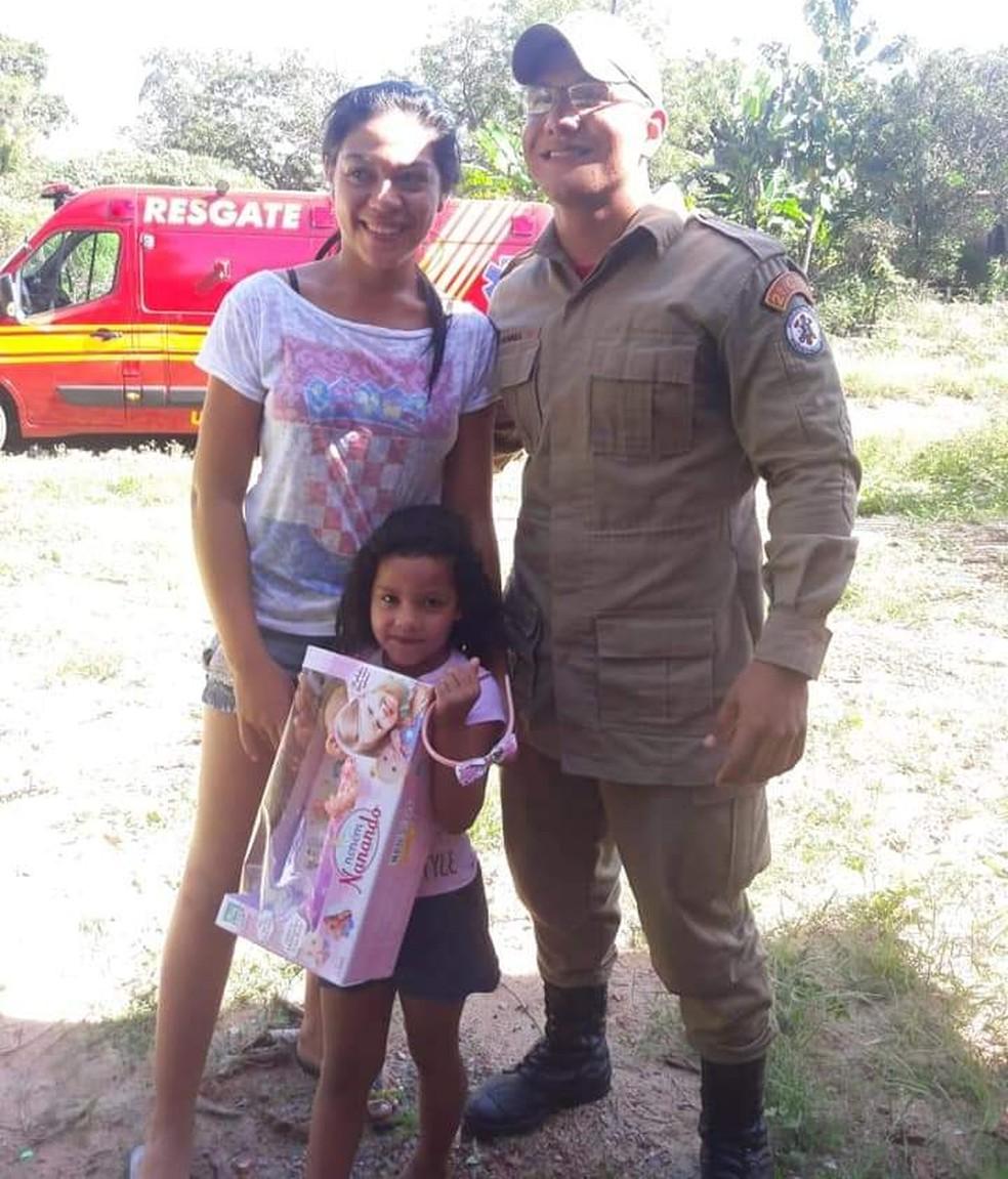 Brenda, a mãe e o bombeiro que a salvou — Foto: Arquivo pessoal